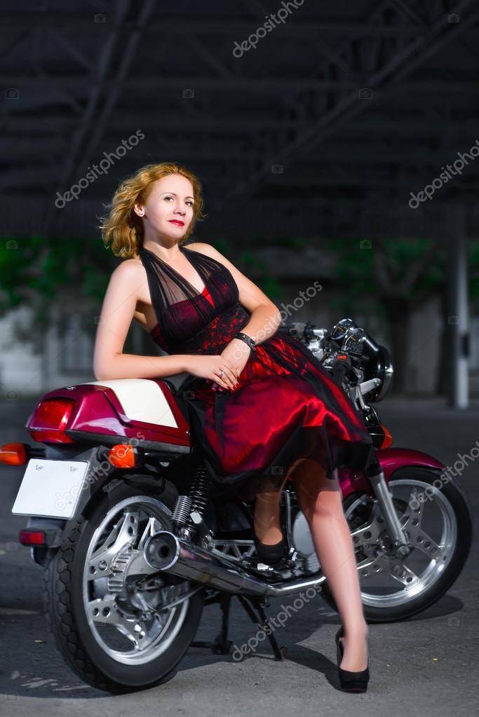 Девушка на мотоцикле в платье фото