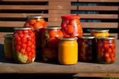 桌上的番茄罐头 — 图库照片