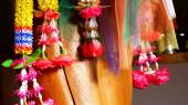 Colorful Thai plastic garland, can be found at any Buddhist Temp — Stockfoto