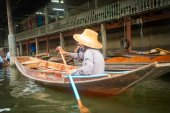 A man in a bamboo hat on boat — Stock Photo