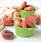 Peach figs in a ceramic bowl on a white background — Stock Photo