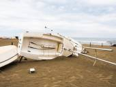 Loď se převrátila na pláži — Stock fotografie