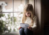 Child with a christmas card. — Fotografia Stock