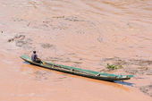 Boatmen paddle their boats on the shore of the Mekong River in D — Stock Photo