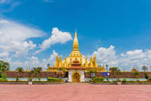 Laos travel landmark, golden pagoda wat Phra That Luang in Vientiane. Buddhist temple. Famous tourist destination in Asia. — ストック写真