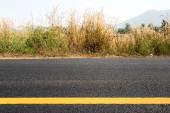 黄线的新的道路上 — 图库照片