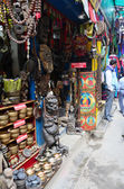 Loja de souvenirs e Local as pessoas na rua, no mercado de Thamel — Fotografia Stock