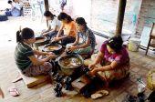 Burmese people working made Lacquerware — Fotografia Stock