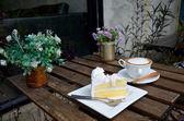 Café quente e bolo de coco — Fotografia Stock