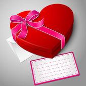 Realistische lege heldere rood hart vorm doos met lint, envelop en bericht kaart. — Stockvector