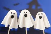 Ghost cake pops — Stock Photo