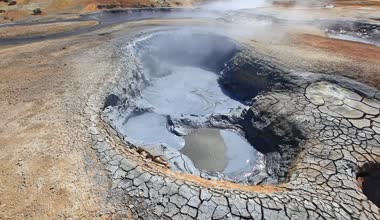 Boiling mud fumarole and dry earth on Iceland - close-up — Stock Video