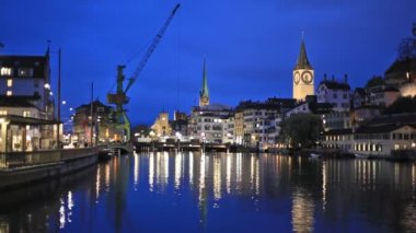 River Limmat  in the centre of Zurich in the evening — Stock Video