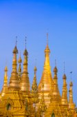 Golden stupa of Shwedagon Pagoda at twilight, Yangon, Myanmar — Стоковое фото