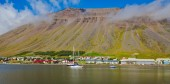 Beautiful view of icelandic fjord isafjordur and city in iceland with red houses, ships and yachts, vestfirdir — Stock Photo