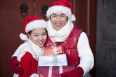 Young couple holding Christmas Gifts — Stock Photo