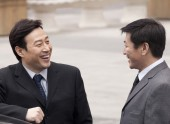 Businessmen smiling to each other — Stock Photo
