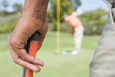 Uomo che tiene una mazza da golf — Foto Stock
