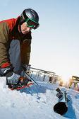 Sciatore uomo nel comprensorio sciistico — Foto Stock