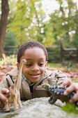 Ragazzo che gioca con i dinosauri giocattolo — Foto Stock