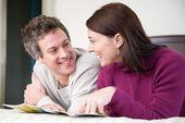 Parlando di coppia e progettando una vacanza — Foto Stock