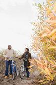 Un paio spingendo biciclette — Foto Stock