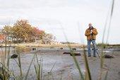 Uomo premuroso in piedi con un bastone — Foto Stock