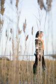 Donna matura a piedi su terreno paludoso — Foto Stock