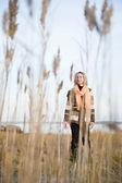 Donna in piedi sul terreno paludoso — Foto Stock