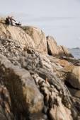 Starší pár, na skalách — Stock fotografie