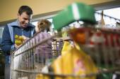 Father and daughter in a supermarket — Stock Photo