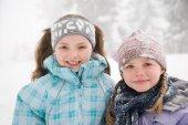 Dívky v zasněženém lese — Stock fotografie