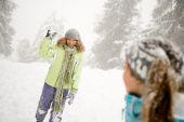 Ragazza con palla di neve nella foresta nevosa — Foto Stock
