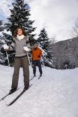 Starší pár, lyžování — Stock fotografie