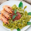 Spinach Pasta With Shrimps And Tomato Sauce — Stock Photo