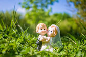Married couple figurine of bride and groom on grass — Foto de Stock