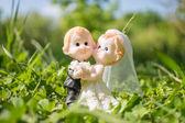 Figurine di coppia sposata di sposa e sposo su erba — Foto Stock