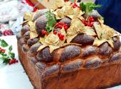 Traditional wedding Ukrainian bread Korovai with berries — Stock Photo