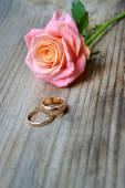 два кольца обручальные золотые с красивые свадебные розовые розы — Стоковое фото