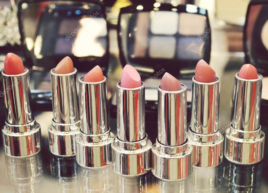 드레싱 테이블에 다른 화장품으로 화려한 립스틱 세트 — 스톡 ...