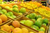 Different citrus in grocery store — Stock Photo