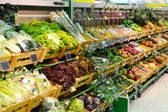 Vegetables and fruit in grocery store — Stock Photo