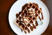 Belgické vafle se zmrzlinou, čokolády a máty — Stock fotografie