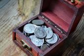 Little treasure chest with american quarter of a dollar cents — Stock Photo