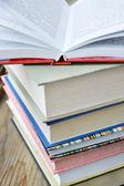 Pile de livres sur le bureau en bois — Photo