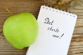 Диетическое понятие с зеленым яблоком, ноутбуком и имеющей размеры лентой на деревянном столе — Стоковое фото