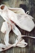 Old worn pink pointe shoes for ballet — Stock Photo