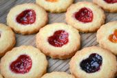 Homemade cookies with heart shaped jam on wooden table — Zdjęcie stockowe