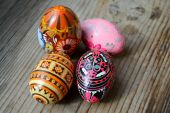 Colorful decorated Ukrainian Easter eggs pysanka made of wood — Stockfoto