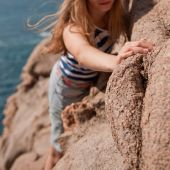 Woman climbing on the rocks — Stock Photo